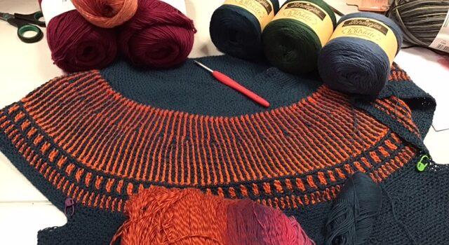 Gehaakte trui met brioche yoke in linnensteek